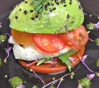 Hamburger d'avocat et tomate mozzarella restaurant les alpes greoux 1